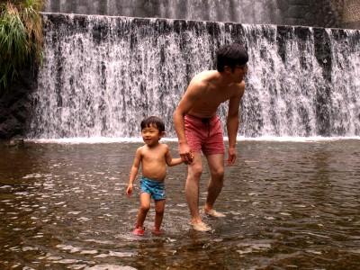 川で遊ぶ親子.jpg